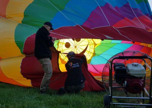 Nasz uśmiechnięty balon w trakcie stawiania
